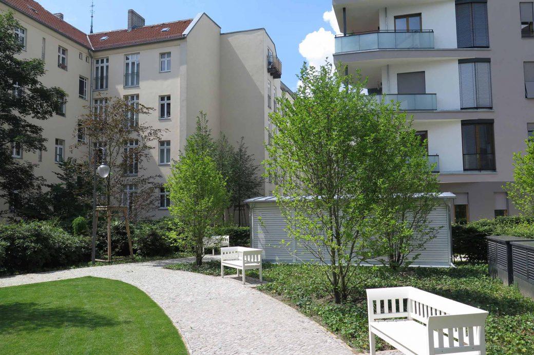 Innenhof mit weißen Bänken