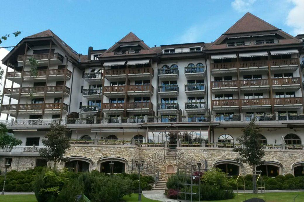 850 Taxus Kugeln in fünf verschiedenen Größen vor Grand Hotel Park