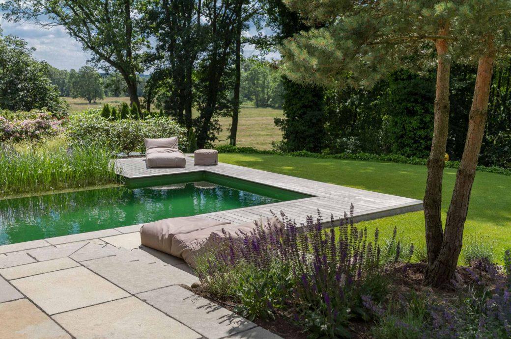 Ausblick vom Poolbereich eines von Beran Gärten und den International Tree Brokern gestalteten Privatgartens